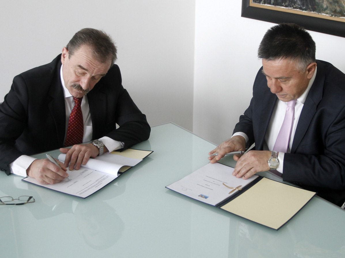 RCC Secretary General, Hido Biščević (left), and the President of the Foreign Trade Chamber of BiH, Veselin Poljašević, on behalf of the Association of Balkan Chambers, signed a memorandum of understanding on cooperation in economic and investment development in Sarajevo, BiH, on 26 January 2011. (Photo RCC/Dado Ruvic)