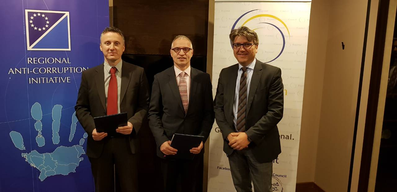 Davor Dubravica, Regional Anti-Corruption Initiative (RAI) Chairperson, RCC's Secretary General Goran Svilanovic and Vladan Joksimovic, RAI's Head of Secretariat at the signing of Memorandum of Understanding between the RCC and RAI on 17 April 2018 in Belgrade (Photo: RCC/Natasa Mitrovic)