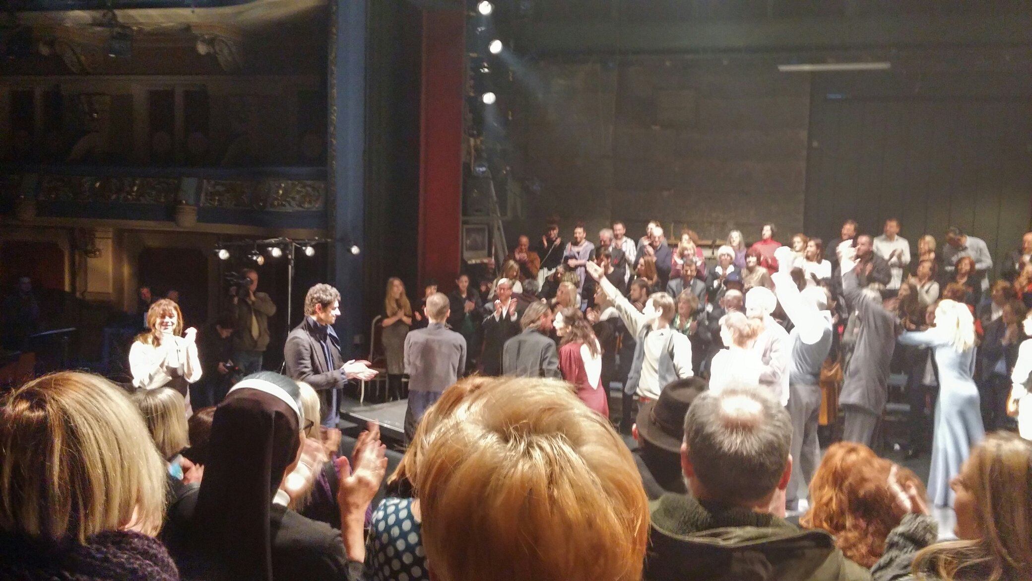 """Standing ovations for """"Romeo and Juliet"""", a theater play produced by Belgrade-based """"Radionica Integracije"""" and """"Quendra Multimedia"""" from Pristina, played in Sarajevo National Theater on 21 March 2016. (Photo: RCC/Ratka Babic)"""