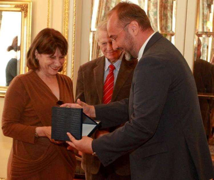 Head of RCC Expert Pool, Jelica Minic (left), receives 'Europe Contribution of the Year' award by European Movement in Serbia, Belgrade, 25 June 2013. (Photo emins.org)