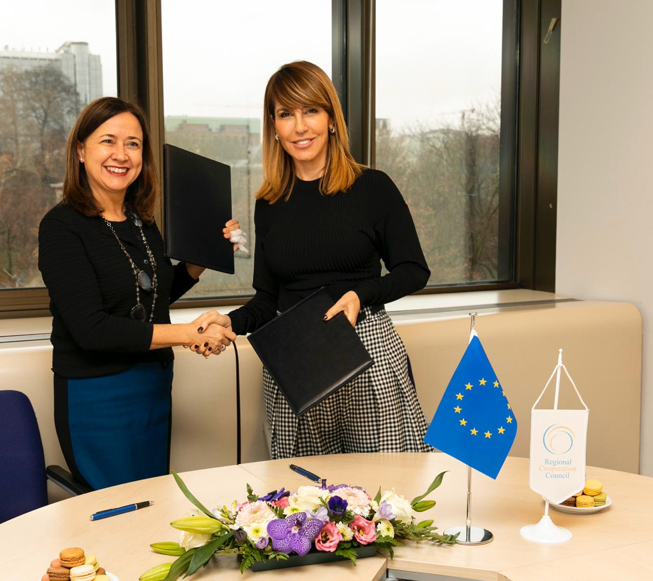 Majlinda Bregu, Secretary General of the RCC (right) and Genoveva Ruiz Calavera, Director for the Western Balkans at the European Commissions' DG NEAR sign 3-year contract on the EC support to regional cooperation in the Western Balkans in Brussels, 11 December 2019 (Photo; RCC/Laure Geerts)