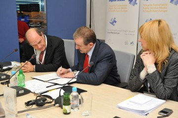 RCC Secretary General Hido Biscevic (centre) and EBU Vice-President Claudio Cappon (left) sign concluding statement at the end of an international conference on digitalization and sustainability of public broadcasters in South East Europe, Sarajevo, BiH, 15 October 2010. (Photo RCC/Dado Ruvic)