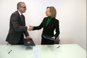 Goran Svilanovic, RCC Secretary General (left), and Ulrike Knotz, German Ambassador to Bosnia and Herzegovina, sign a 50,000 euro grant agreement supporting activities of the RCC, in Sarajevo on 22 April 2013. (Photo: RCC/Zoran Kanlic)