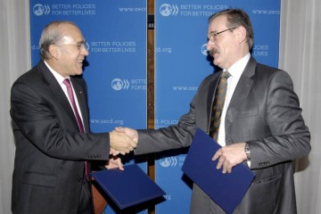 RCC and OECD Secretaries General, Hido Biščević (right) and Angel Gurría, respectively, signed a Memorandum of Understanding on transfer of management of SEEIC, from OECD to RCC, in Paris, France, on 24 November 2011. (Photo: Courtesy of OECD)