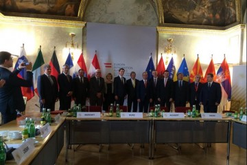 Western Balkans Summit group photo with Foreign Ministers, Prime Ministers and Ministers of Economy. (Photo: MFA Austria)