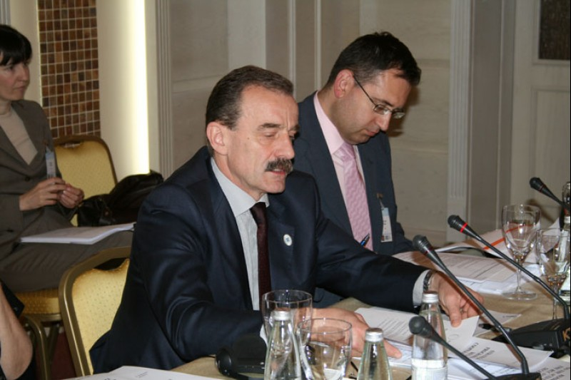 RCC Secretary General Hido Biščević (left) presents the organization's 2008-2009 Strategic Work Programme to the members of the RCC Board, Pomorie, 20 May 2008 (Photo RCC/Dinka Živalj)