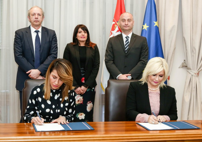 RCC Secretary General Majlinda Bregu (left) and Serbian Deputy Prime Minister Zorana Mihajlovic (right) signed Memorandum of Understanding on hospitality to the RCC's Roma Integration 2020 project in Belgrade on 5 April 2019 (Photo: Courtesy of the Government of Serbia)