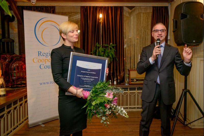 Executive Director of the European Fund for the Balkans, Hedvig Morvai (left), on behalf of the EFB, receives RCC's Champion of Regional Cooperation award for 2015 from RCC Secretary General, Goran Svilanović, in Sarajevo, BiH on 25 February 2016. (Photo: RCC/Amer Kapetanovic)