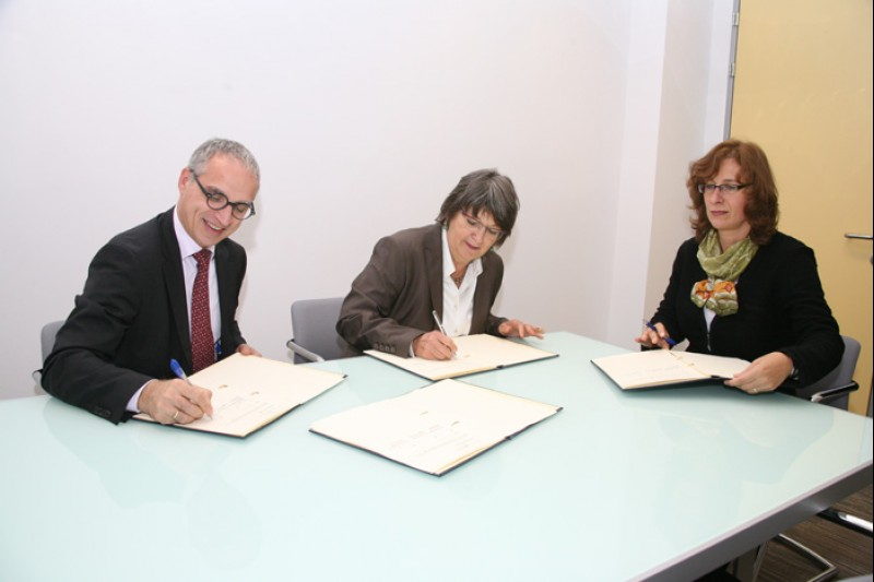 Goran Svilanovic (left), RCC Secretary General, Dr. Brigitte Heuel-Rolf (centre), GIZ Regional Director for Western Balkans, and Alexandra Hilbig (right), GIZ Manager for Open Regional Funds, sign Memorandum of Understanding on cooperation in foreign trade promotion, energy efficiency, legal reform and modernisation of municipal services, in Sarajevo on 30 September 2013. (Photo RCC/Zoran Kanlic)