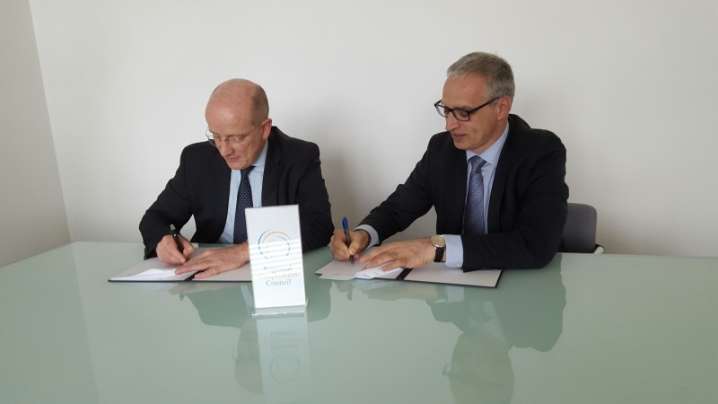 Goran Svilanovic, RCC Secretary General (right), and Christian Hellbach, German Ambassador to Bosnia and Herzegovina, sign a 50,000 euro grant agreement supporting activities of the RCC, in Sarajevo on 6 April 2016. (Photo: RCC/Selma Ahatovic-Lihic)